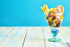 Ensalada de fruta tropical fresca con crema azotada Foto de archivo libre de regalías