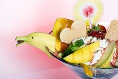 Ensalada de fruta tropical y helado con el plátano Imágenes de archivo libres de regalías