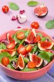 Ensalada de fruta y verdura fresca en el bol de vidrio, concepto sano de la nutrición fotos de archivo