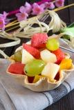 Ensalada de frutas crujiente del cuenco del pan Foto de archivo libre de regalías