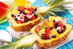 Ensalada de frutas en piña imagenes de archivo