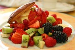 Ensalada de frutas en una placa Foto de archivo libre de regalías