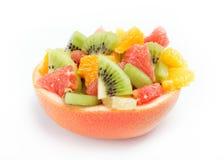 Ensalada de frutas frescas en el fondo blanco Fotos de archivo libres de regalías