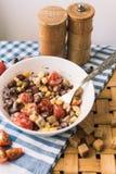 Ensalada de habas rojas, maíz amarillo, galletas Cesta de la comida campestre y una toalla azul hermosa imagen de archivo