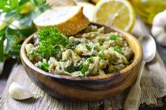 Ensalada de la berenjena con aceite, la hierba y el ajo de oliva Foto de archivo