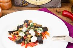 Ensalada de la berenjena con la paprika, queso Feta Foto de archivo