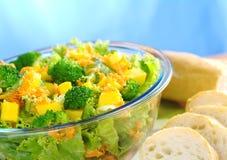 Ensalada de la Bróculi-Mango-Zanahoria-Lechuga Fotos de archivo libres de regalías