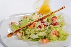 Ensalada de la col fresca con los camarones, el huevo y los tomates Imagen de archivo