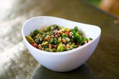 Ensalada de la col rizada de la quinoa de la dieta de Paleo Fotos de archivo