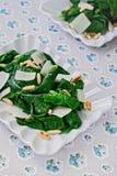 Ensalada de la espinaca con el queso parmesano Foto de archivo libre de regalías