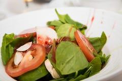 Ensalada de la espinaca con la vinagreta de la frambuesa Foto de archivo libre de regalías