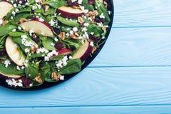 Ensalada de la espinaca del otoño con la manzana, el queso, la nuez y el arándano secado Alimento vegetariano sano fotografía de archivo libre de regalías