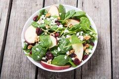 Ensalada de la espinaca del otoño con queso de la manzana, la nuez y el arándano secado Alimento vegetariano sano foto de archivo libre de regalías