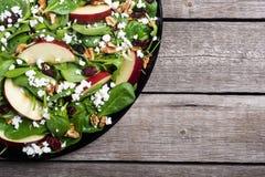 Ensalada de la espinaca del otoño con queso de la manzana, la nuez y el arándano secado Alimento vegetariano sano imagen de archivo