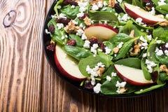 Ensalada de la espinaca del otoño con queso de la manzana, la nuez y el arándano secado Alimento vegetariano sano fotos de archivo