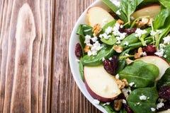 Ensalada de la espinaca del otoño con queso de la manzana, la nuez y el arándano secado Alimento vegetariano sano fotografía de archivo libre de regalías