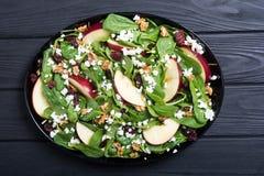 Ensalada de la espinaca del otoño con queso de la manzana, la nuez y el arándano secado Alimento vegetariano sano fotografía de archivo
