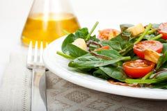 Ensalada de la espinaca y aceite de oliva Imagenes de archivo