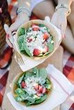 Ensalada de la fresa en la comida campestre de madera del cuenco Foto de archivo