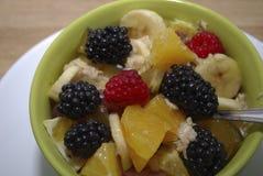 Ensalada de la fruta y de la baya en un plato verde Foto de archivo libre de regalías