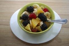 Ensalada de la fruta y de la baya en un plato verde Fotos de archivo