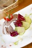 Ensalada de la lengua de carne de vaca con las verduras frescas Fotos de archivo libres de regalías