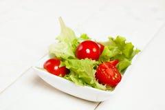 Ensalada de la mezcla del jardín de los tomates de la lechuga y de cereza Imagen de archivo libre de regalías