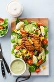 Ensalada de la pechuga de pollo asada a la parrilla y de las verduras frescas Alimento sano fotos de archivo libres de regalías