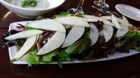 Ensalada de la pera con lechuga Foto de archivo