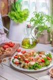 Ensalada de la primavera en la cocina soleada Fotografía de archivo