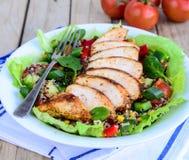 Ensalada de la quinoa con el pollo y las verduras asados a la parrilla Fotografía de archivo libre de regalías