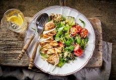 Ensalada de la quinoa y de la verdura y pollo asado a la parrilla Foto de archivo libre de regalías
