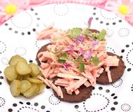 Ensalada de la salchicha con pan Imagenes de archivo