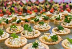 Ensalada de la tabla de comida fría en tartlets Imágenes de archivo libres de regalías