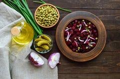 Ensalada de la vitamina de las remolachas, guisantes verdes, cebolla azul en un cuenco de la arcilla Ingredientes para cocinar Fotografía de archivo