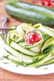 Ensalada de las cintas, del tomate y del perejil del calabacín Fotos de archivo