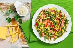 Ensalada de las habas verdes, del maíz, del jamón y del queso Foto de archivo libre de regalías
