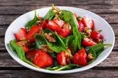Ensalada de las nueces de la fresa de la espinaca del vegano de la fruta del verano comida sana de los conceptos imagen de archivo