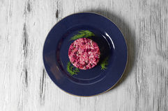 Ensalada de las remolachas con el pollo, los guisantes verdes, las zanahorias, las cebollas y la preparación del yogur foto de archivo