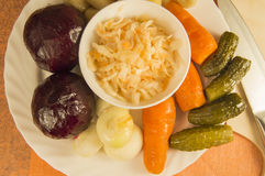 Ensalada de las remolachas conocida como la vinagreta e ingredientes: remolachas, zanahorias, cebolla Imágenes de archivo libres de regalías