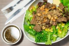 Ensalada de las verduras con carne de vaca cortada fotos de archivo