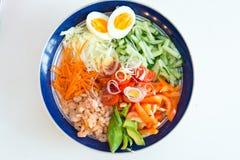 Ensalada de las verduras de la mezcla con los camarones Fotos de archivo