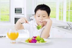Ensalada de las verduras de la prueba del muchacho Imagenes de archivo