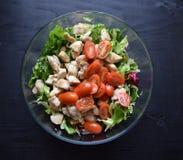 Ensalada de las verduras frescas, comida sana, tomates y hojas de la ensalada Ensalada de pollo sana con las verduras frescas Imagen de archivo libre de regalías