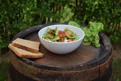 Ensalada de las verduras frescas, comida sana, tomates y hojas de la ensalada Ensalada de pollo sana con las verduras frescas Foto de archivo libre de regalías