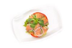 Ensalada de las verduras frescas con el salmón ahumado Fotos de archivo