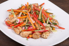 Ensalada de las verduras frescas con la carne del pollo Imagen de archivo