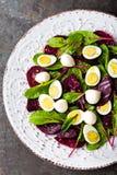 Ensalada de las verduras frescas con la remolacha, las hojas de la remolacha forrajera, las nueces y los huevos de codornices her fotos de archivo libres de regalías