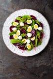 Ensalada de las verduras frescas con la remolacha, las hojas de la remolacha forrajera, las nueces y los huevos de codornices her imágenes de archivo libres de regalías
