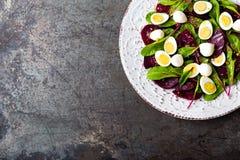 Ensalada de las verduras frescas con la remolacha, las hojas de la remolacha forrajera, las nueces y los huevos de codornices her foto de archivo